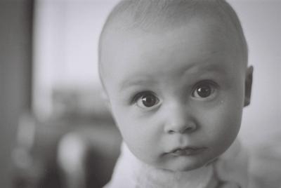 赤ちゃんの写真を背景をシンプルにする