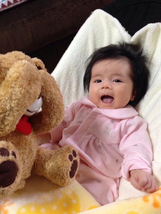 クマのぬいぐるみと一緒にの赤ちゃん写真