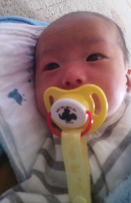 初おしゃぶりの赤ちゃん写真