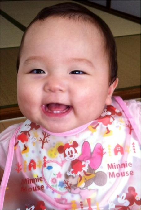 可愛い歯がこんにちはの赤ちゃん写真