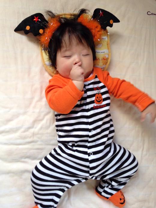 ハロウィン?中の赤ちゃん写真