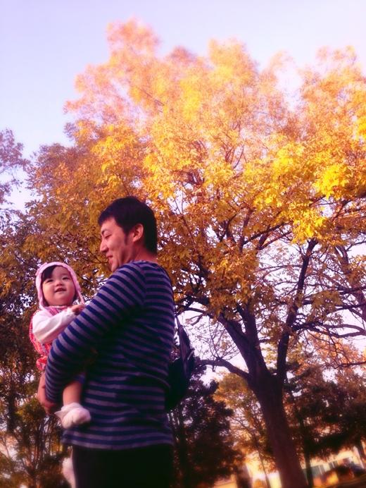 初めての紅葉狩りする赤ちゃん写真