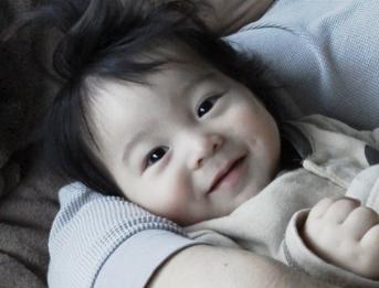 はじめての腕枕の赤ちゃん写真