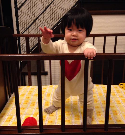 得意のつかまり立ち☆の赤ちゃん写真