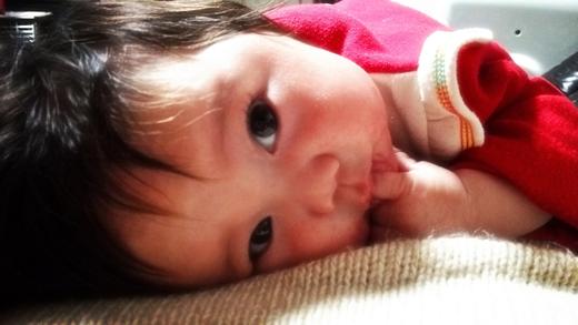 甘えん坊の赤ちゃん写真
