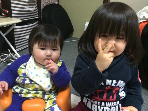 指しゃぶりの赤ちゃん写真