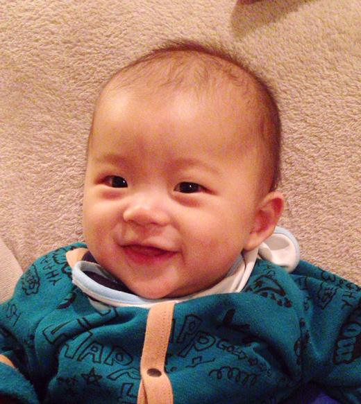 お座りニコニコの赤ちゃん写真