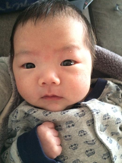 カメラ目線でパチリ!の赤ちゃん写真