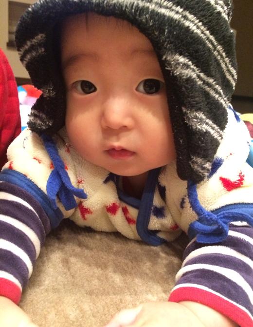 お兄ちゃんの帽子の赤ちゃん写真