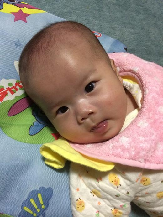 上目遣いの赤ちゃん写真