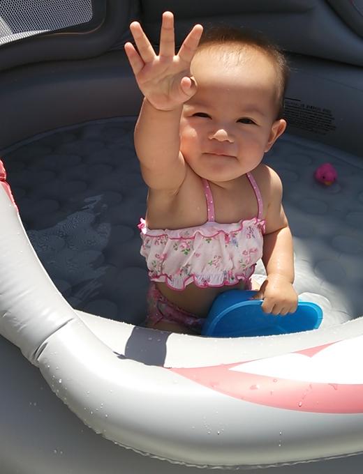 初プールの赤ちゃん写真