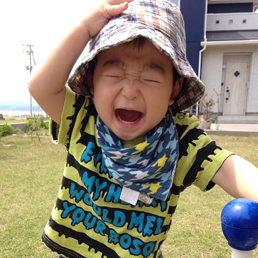 大喜びの赤ちゃん写真