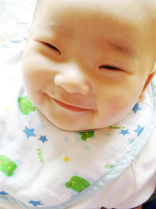 ニコニコ笑顔の赤ちゃん写真