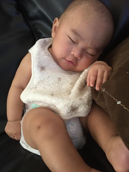 お昼寝しながらニッコリの赤ちゃん写真